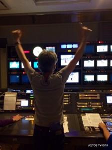 中継で「正しいラジオ体操 第二」を紹介している時の、サブ(副調整室)でのひとコマ。 Kディレクターも全力で体操中です。 悩みの肩こりは解消したのでしょうか…。