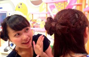 後頭で失礼します。田中愛佳です。 きょうの私のヘアースタイルは、なんと大きなリボン! 猪野ちゃんもびっくり。 ヘアメイクさんの技が光る可愛いアレンジです♪