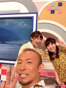 木曜恒例(?)本番前のオフショット! 「廣道カメラ」と名付けました☆ お天気の幸キャスターもいい笑顔!