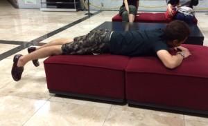 番組終了後の反省会にて「のび」ている中華さん。