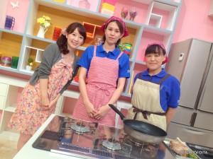ゆ~わくクッキングは 大分県LPガス協会のお料理コンテストで最優秀賞に輝いた、内田さん(右)と衛藤さん(左)ペアがスタジオに! 行楽弁当にぴったりな「お花の肉巻」を教えていただきました。