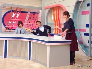 久しぶりの廣道カメラ☆ 本番前にニュース原稿チェック中の井下アナ、にフランスパンの模型でちょっかいを出す小笠原アナ、その2人を優しく見守る幸キャスター。 きょうもスタジオは平和です。