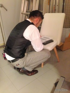 本番前、スタジオの片隅にしゃがみ込む森さん。 本番前の最終チェックをしています! きょうのオフショットでした☆