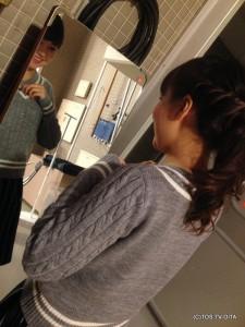 本番前、鏡の前で四苦八苦しているのは、いのちゃんです。ピンマイクを付ける位置を一生懸命悩んでいました。 「かれこれ10分くらいここで悩んでるんですよー!」 仕事熱心ないのちゃんです!(笑)