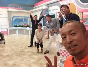 廣道カメラ☆ 本番直前ですが、廣道さんの一声でみんなばっちりカメラの方を向きました!(笑) きょうも賑やかハイカロリーな木曜日です♪