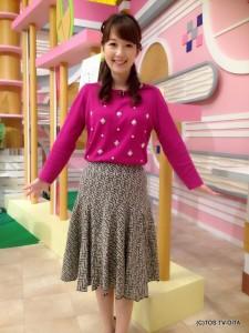 田中愛佳アナウンサー 衣装協力:Bou Jeloud by furiltto(ゆめタウン別府1F) 【コーディネートのポイント☆】 鮮やかさが目を引くラズベリーピンクのニット。ビジューがたくさんあしらわれているので、上品で華やかです。 フレアースカートは切り替えしからの綺麗な広がりがポイント。大人スイートな着こなしが実現します!