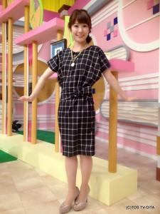 お天気 幸 綾音キャスター 衣装協力:GRAPEFRUIT MOON(大分フォーラス3階) 【コーディネートのポイント♪】 ウインドペン柄のワンピースはドルマンスリーブでおしゃれですが、他にもポイントはたくさん! ★肩、スカートのサイドラインと背中に並んだボタン ★ぺプラムのようなサッシュベルトのようなウエストライン ★アンティークペンダント 70年代風の要素がギュッと詰まったコーディネートです!
