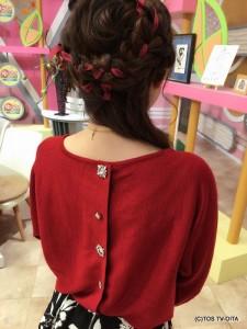 後ろにはビジューが☆ ニットの色に合わせて、髪には赤いリボンを編み込んでいます!