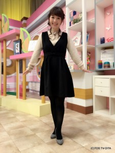田中愛佳アナウンサー 衣装協力:titty&co.(大分フォーラス2階) 【コーディネートのポイント☆】 フロントのカシュクールとウエストにあしらったリボンが愛らしいワンピース。とってもラブリーなデザインだからこそ、あえて大人っぽい黒をチョイス! インナーのニットを秋らしいスモーキーピンクにすることで、可愛いだけではなく上品なコーディネートに仕上げました。