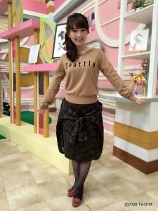 田中愛佳アナウンサー 衣装協力:aqui agora pedido(パークプレイス大分 ガーデンウォーク1階) 【コーディネートのポイント♪】 ロゴ入りニットと、流行の迷彩スカート。 このスカート、よく見るとまるでシャツを腰に巻いているかのようなデザインになっています! おしゃれのポイントになりつつ、しっかり体型カバーをしてくれる、一石二鳥なスカートです。