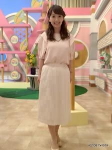 田中愛佳アナウンサー 衣装協力:aqui agora pedido(パークプレイス大分 ガーデンウォーク1階) 【コーディネートのポイント♪】 ベビーピンクのブラウスは、動くたびに袖が優しく揺れます。それが、涼しげでとてもフェミニンです。 流行中のプリーツスカートとの相性も抜群なので、女性らしい着こなしをしたい時におすすめのコーディネートです!