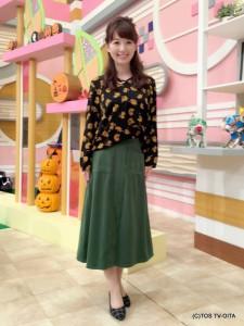 田中愛佳アナウンサー 衣装協力:coote Gready Brilliant(パークプレイス大分 ガーデンウォーク1階) 【コーディネートのポイント☆】 丈がミディアム、広がりが控えめ、フロントポケット、濃いグリーンなど、70年代を思わせるレトロフェミニンなスカートがポイントです。 花柄が映えるトップスと合わせることで、深まる秋を感じられるコーディネートです。