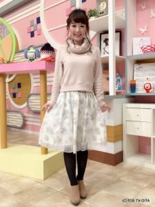 田中愛佳アナウンサー 衣装協力:Honeys(大分フォーラス3階) 【コーディネートのポイント☆】 ふんわりしたチュールがかわいい、アンサンブルのワンピース。 別々にしてオフタートルニットだけ着ることも、他のトップスと合わせることもできるので、着回し力バツグンです!