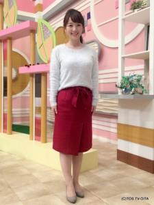 田中愛佳アナウンサー 衣装協力:Honeys(大分フォーラス3階) 【コーディネートのポイント☆】 毛足の長いもこもこニットは、襟元のビジューがまるで雪のよう。淡いブルーがあたたかく肌を包み込みます。 トレンドであるラップデザインのタイトスカートは赤をチョイス!クリスマスの訪れが待ち遠しくなる冬コーデの完成です。