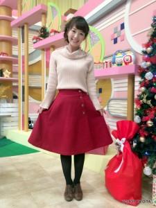田中愛佳アナウンサー 衣装協力:Honeys(大分フォーラス3階) 【コーディネートのポイント☆】 赤いラップスカートは、つやを消したゴールドボタンがポイント!冬らしい配色にうっとりしちゃいます☆切り替えが美しく、程よい丈で品よく着こなせます。 甘くなり過ぎないダスティーパステルピンクのオフショルダーをオフタートル風に着こなして、フェミニンな冬コーデに仕上げました♪