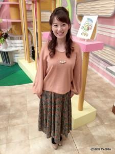 田中愛佳アナウンサー 衣装協力:coote Gready Brilliant(パークプレイス大分 ガーデンウォーク1階) 【コーディネートのポイント☆】 今日の衣装は、今季流行のイレギュラーヘム(裾の長さが不規則なもの)です。ベロア素材のスカートで、エレガントな花柄がとても印象的。 あたたかなピンクのニットと合わせたフェミニンコーデに仕上げました。
