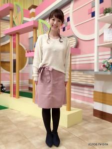 田中愛佳アナウンサー 衣装協力:E hyphen world gallery(トキハわさだタウン2階) 【コーディネートのポイント☆】 もこもことしたブークレットのプルオーバーは、両肩にあしらったパール風ビーズやクリアストーンが上品でリッチなアクセント。 フロントリボンのタイトスカートとの相性も良く、ほんのり甘めな印象を与えてくれます。